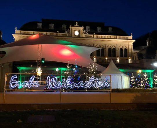 Ansicht des weihnachtlich geschmückten Casino Badens